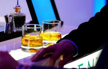 ロックグラスが並ぶテーブルの画像