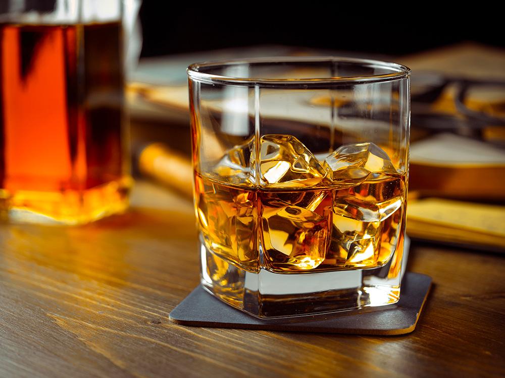 ウイスキーロックは人気の高い飲み方