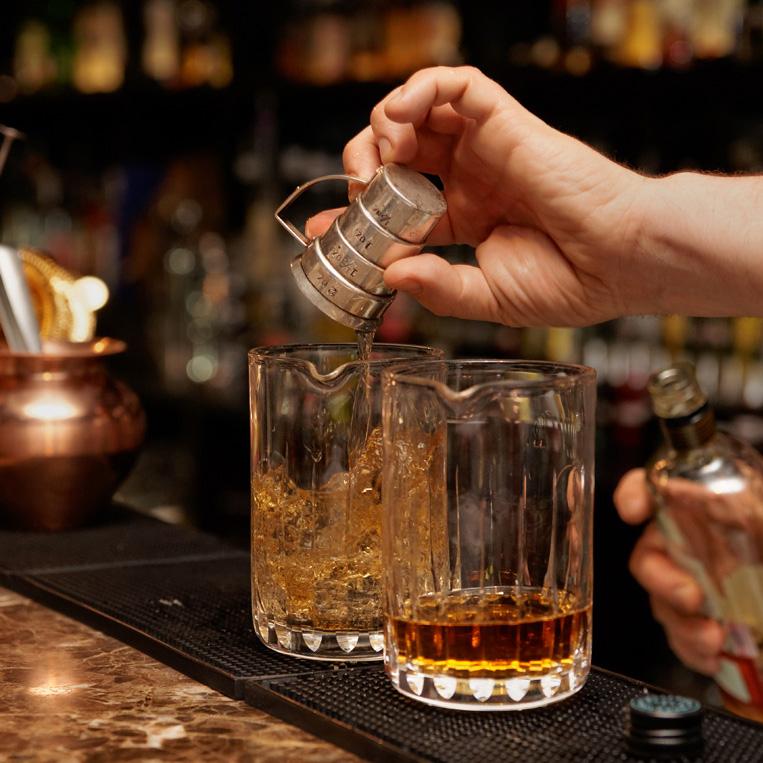 ウイスキーを計って入れる人
