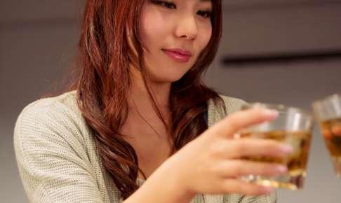 ウイスキーで乾杯する女性