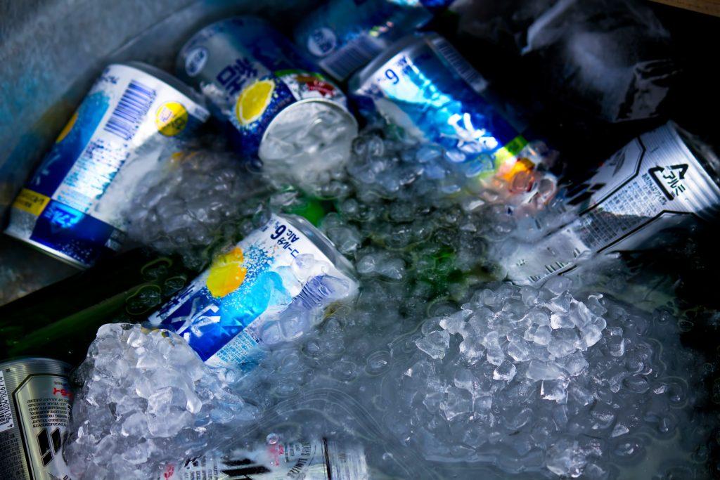 氷で冷やされた缶ビールや氷結