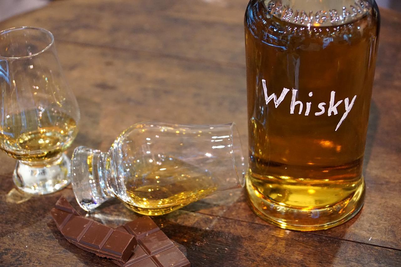 ウイスキーボトルとグラス