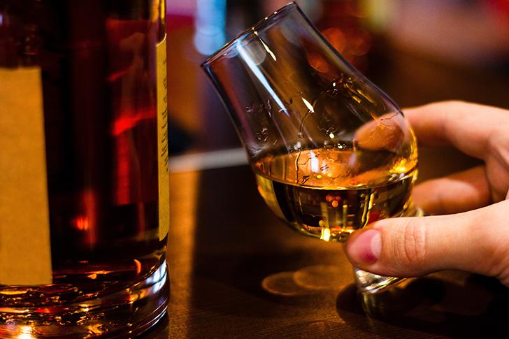 ウイスキーを注ぐ