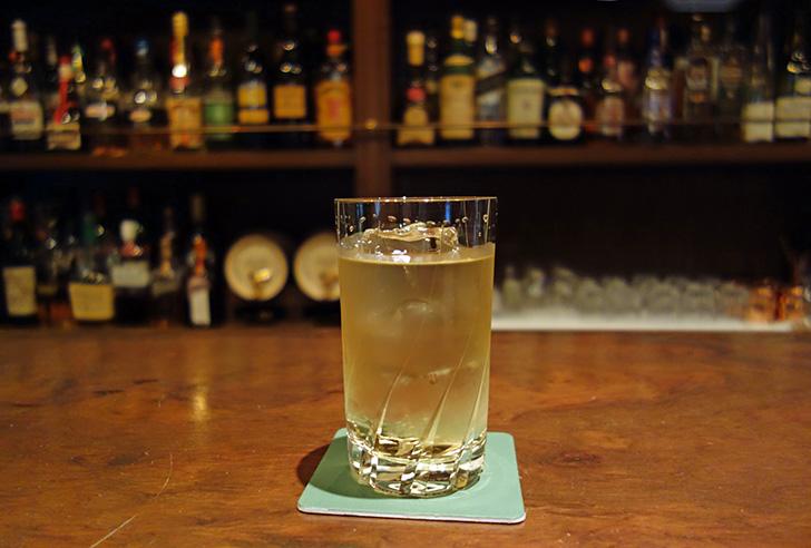 バーで飲む水割り