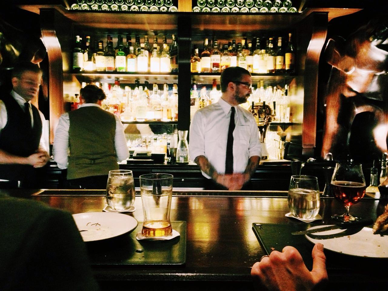 バーで食事とお酒を楽しむ様子