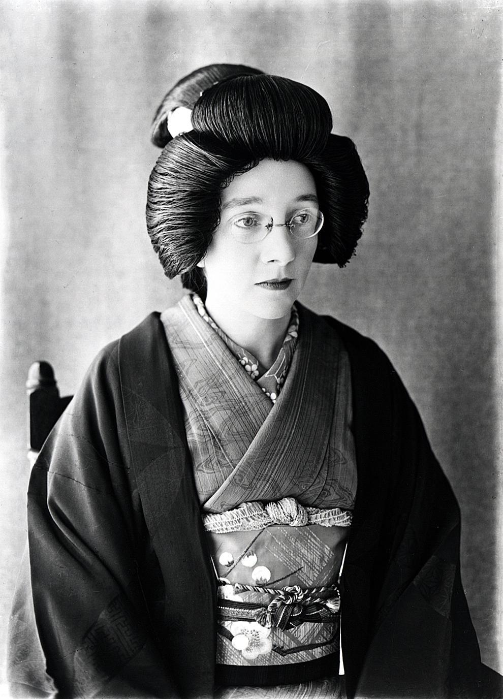 日本髪のかつらを付け、着物を着るリタ