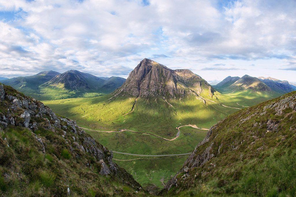 高い峰が連なるハイランド地方には谷が多い