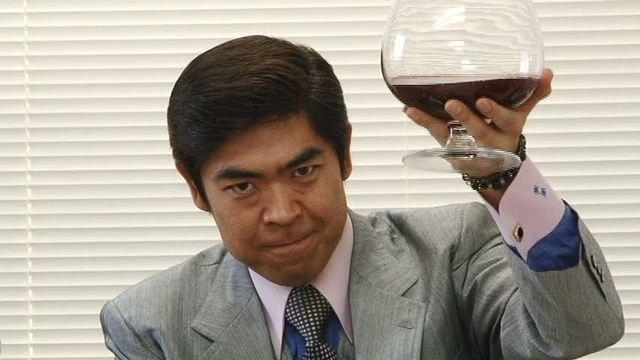 物まねタレントゆうたろうと巨大ブランデーグラス