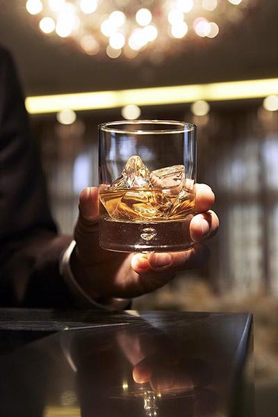 ウイスキーロックはバーに映えます