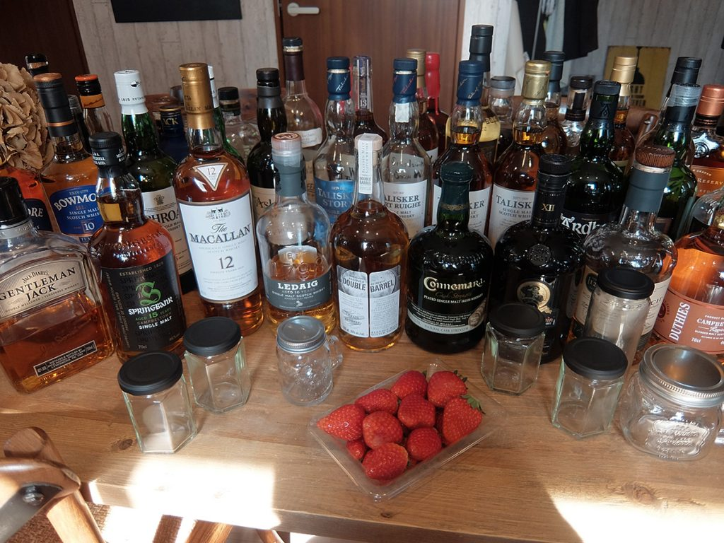 いちごウイスキーをつくるためのたくさんのウイスキー