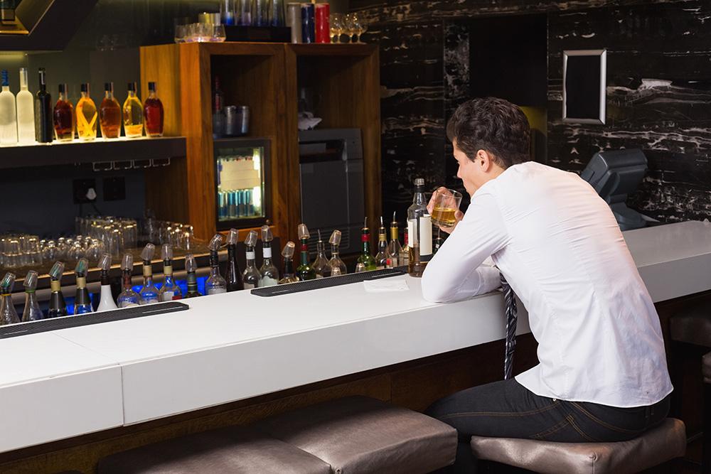 ひとりぼっちでBARで飲む男性