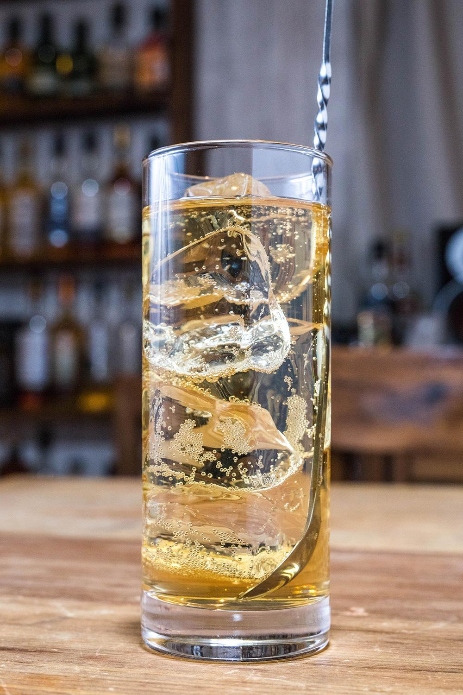 グラスの底からそっとひと回しします