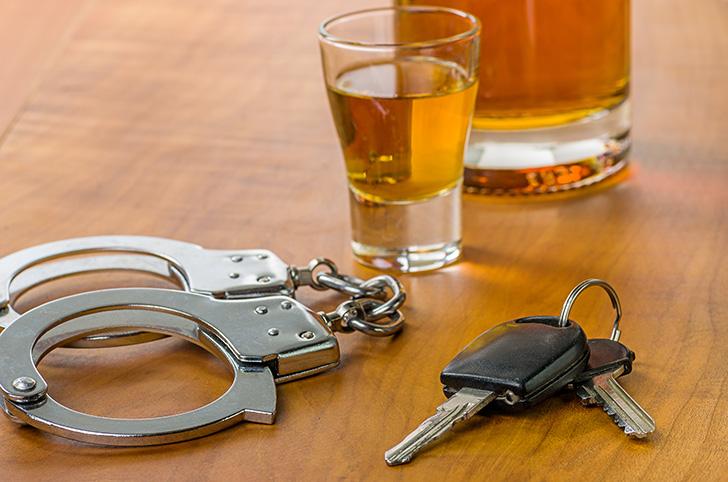 手錠とお酒と車のキー