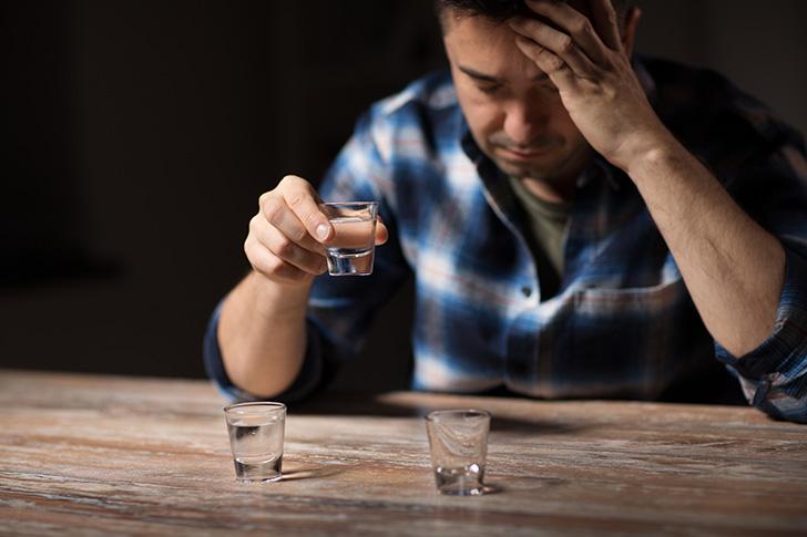 お酒を飲んで発熱している男性