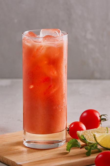 氷を入れたトマトジュース
