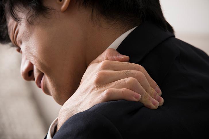 睡眠不足から首の痛みを和らげる方法