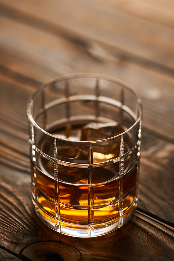 氷の入ったウイスキー
