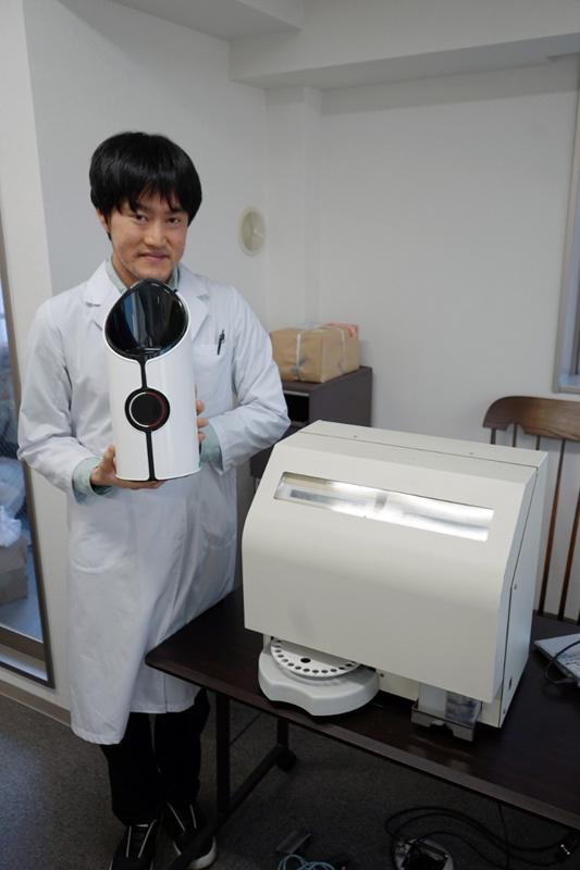 鈴木氏と味覚センサーレオ