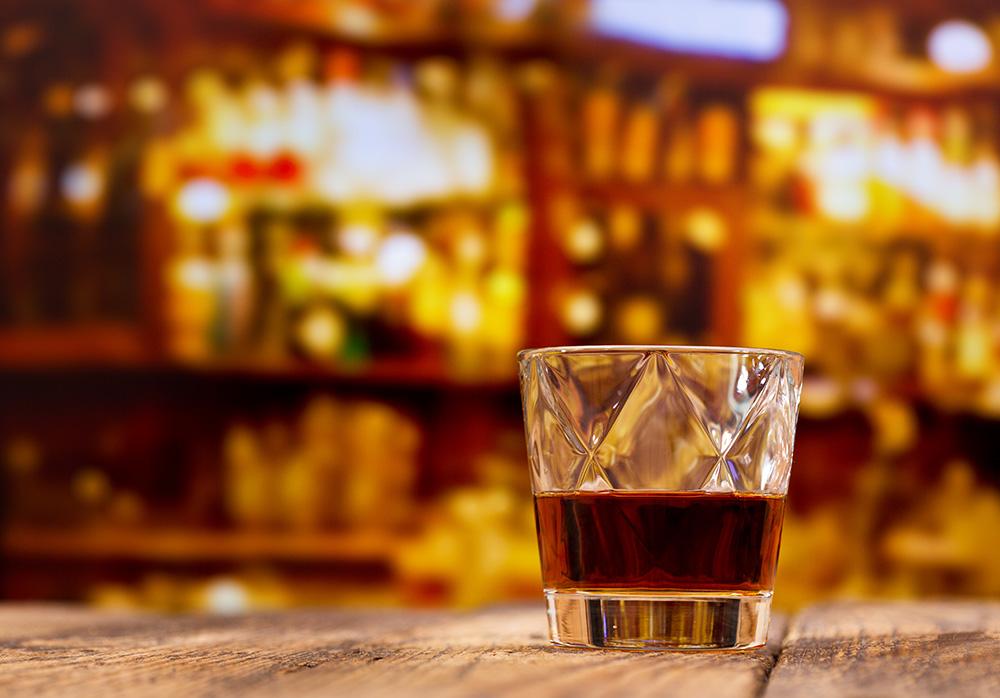 バーでバーボンを飲む