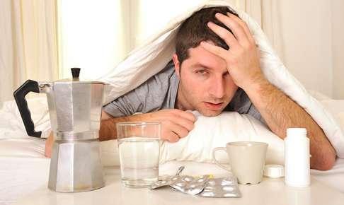 二日酔いの頭痛と吐き気で死んでる人