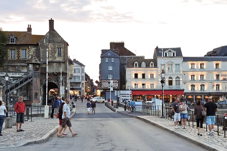 オンフルールの町の港の通りにフランスの人々