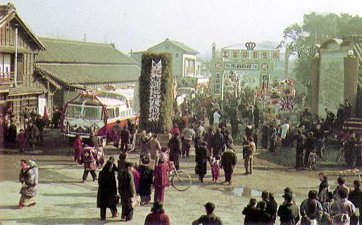 1955年市政施行・市庁舎竣工祝賀で賑わう羽生駅前