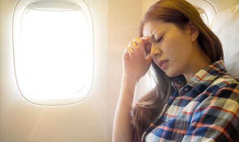 二日酔いで飛行機に乗る人