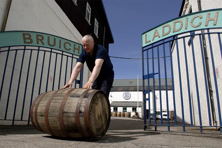 ブルックラディ/ブルイックラディ蒸溜所で樽を転がす人