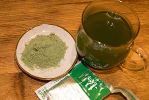 脂肪や糖を抑える難消化性デキストリン入り青汁の粉末とお湯に溶いたところ