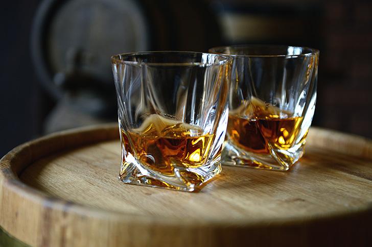 ロックグラスとウイスキー