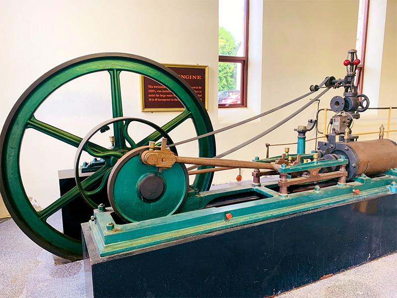 ロングモーン蒸溜所にある古い蒸気機関のエンジン