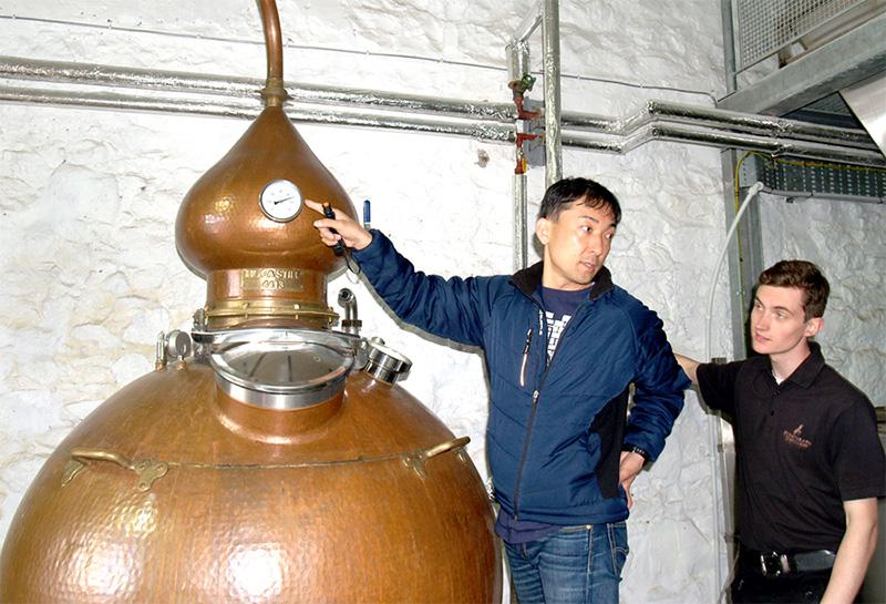 マスターブレンダー清井がスコットランドに赴き 今後の蒸溜所建設に向けて、蒸溜設備や製造方法を学びました