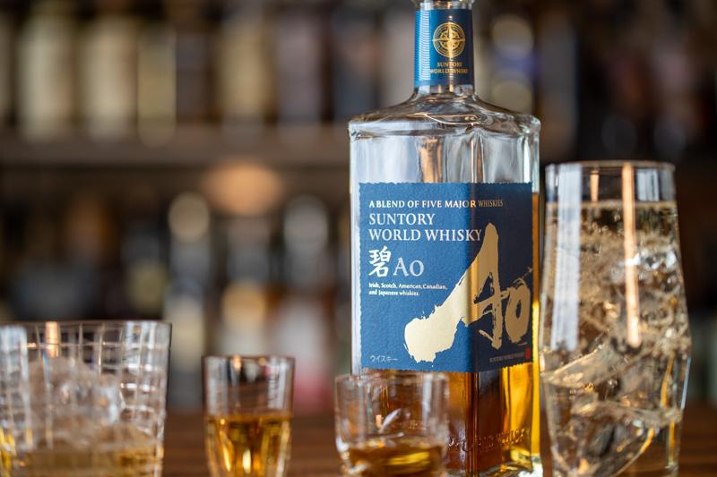 サントリーワールドウイスキー碧Aoとたくさんのグラス